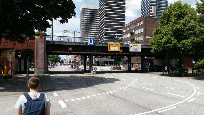 Der Knotenpunkt an der Mundsburger U-Bahnstation ist wie leer gefegt.