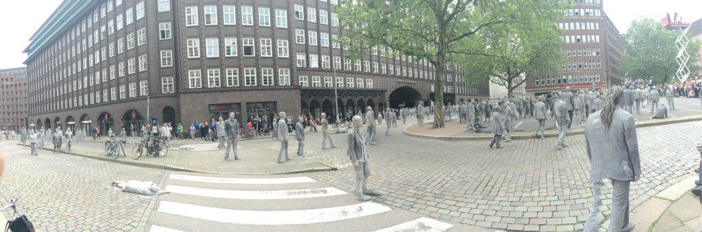 1000 Gestalten versammeln sich am Burchardplatz.