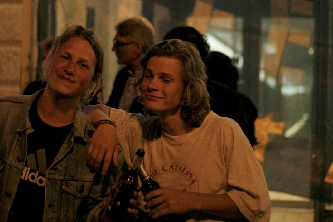Søren und Niclas vor dem Schauspielhaus, wo sie einen Schlafplatz gefunden haben. Foto: Charlotte Hafke