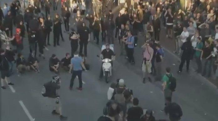 """Welcome to Hell""-Demo am Fischmarkt. Foto: Screenshot via YouTube."