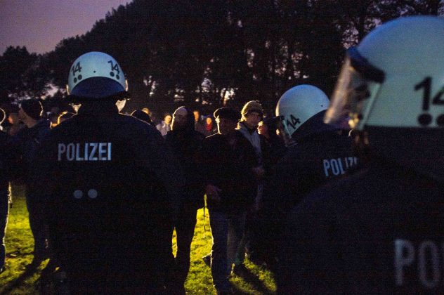 Hinter den beiden Linien sichert die Polizei die Schlafzelte.