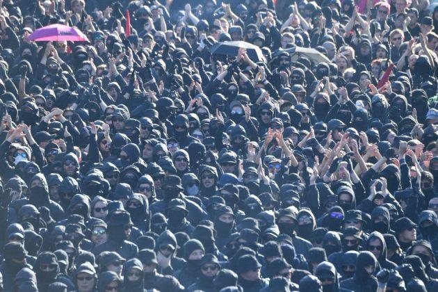 """Welcome to Hell""-Demo am Fischmarkt. Foto: Boris Rössler/dpa."