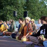 Friedlicher Protest beim Yoga-Gipfel. Foto: Laura Lagershausen.