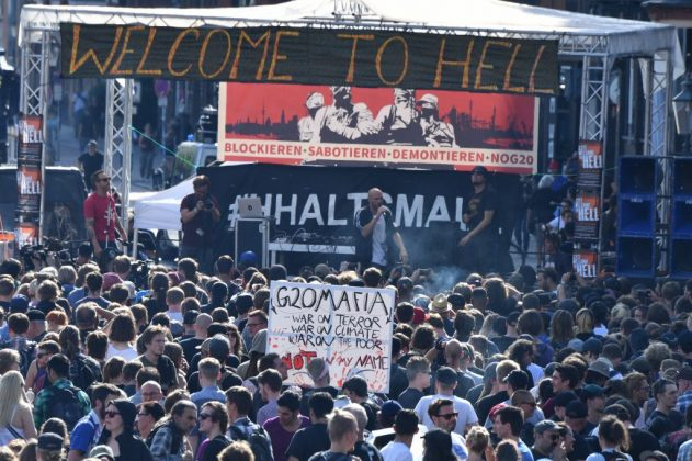 """Welcome to Hell""-Demo am Fischmarkt. Foto: dpa."