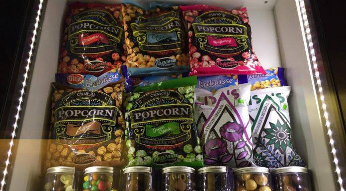 Das Passage Kino bietet besondere Snacks wie Popcorn mit Apfel Geschmack oder nach Frühlingszwiebeln schmeckende Kesselchips an. Foto: Atessa Bock