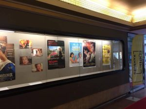 Um das Kino zu betreten, führt der Weg durch eine kleine Passage. Foto: Atessa Bock