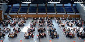 Helfer beim Auszählen der Briefwahlstimmen der Bundestagswahl 2017.