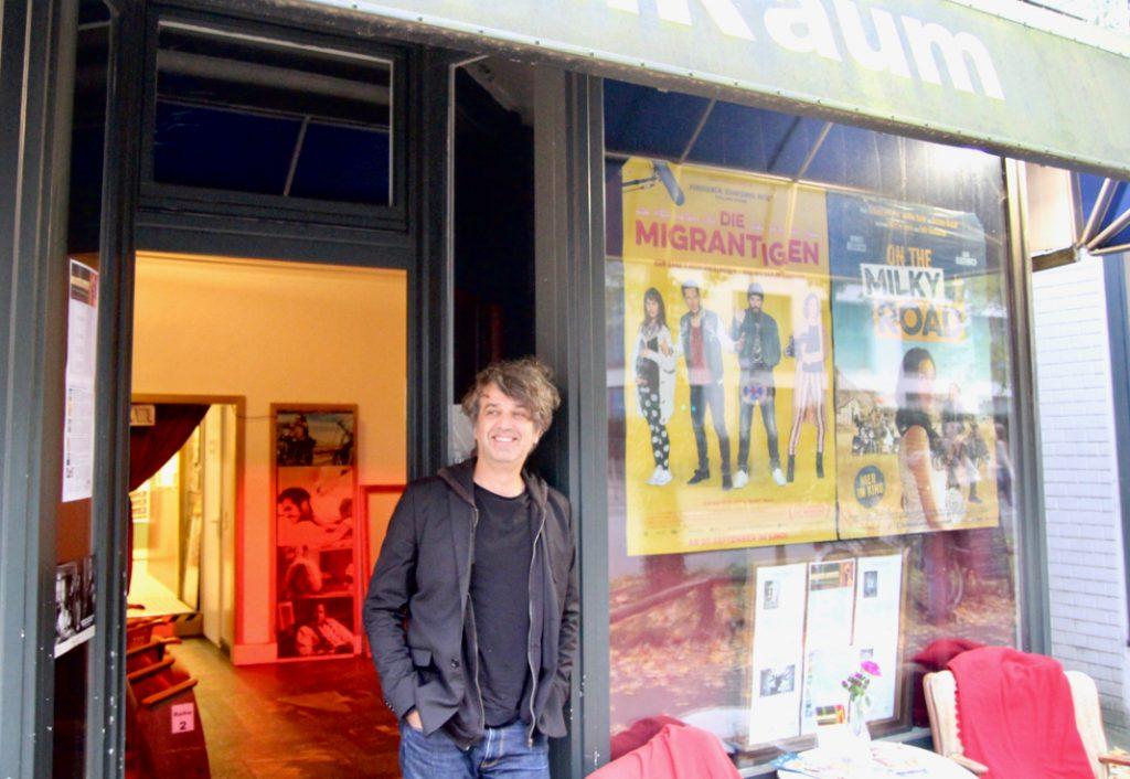 Ein bekanntes Gesicht im Stadtteil: Filmraum-Gründer Behzad Safari. Foto: Lesley-Ann Jahn