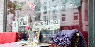 """Schaufenster zum Mini-Kino: Autorenfilme, Nischen-Produktionen und die Kurzfilmreihe """"Shorts Attack"""" machen das Programm des Filmraums aus. Foto: Lesley-Ann Jahn"""