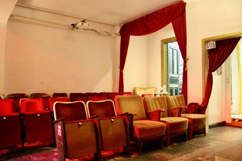 Mit den rund 35 Plätzen wirkt der Filmraum wie eine Art verlängertes Wohnzimmer. Foto: Lesley-Ann Jahn