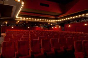 Rote Sessel in einem Kinosaal