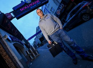 Kämpft gegen die Rattenplage: Schädlingsbekämpfer Dennis Kalff sucht in der Nähe der Reeperbahn nach Schlupflöchern.