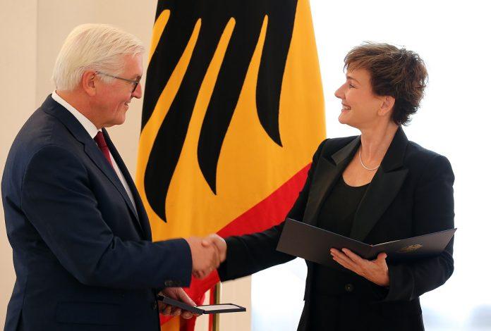 Karin Beier erhält den Verdienstorden von Bundespräsident Steinmeier