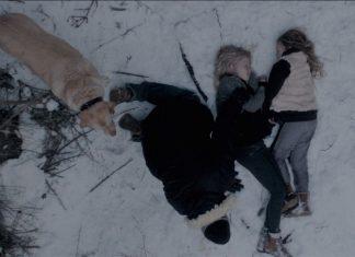 Ein Spaziergänger findet die beiden toten Mädchen in einem Wald. Filmstill