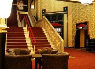 Treppen mit rotem Teppisch führen zu weiteren Kinosälen