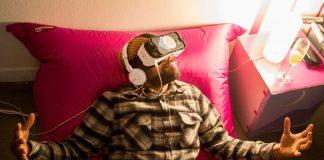 Ein Gast des Creative Gaming Festival testet eine VR-Brille.
