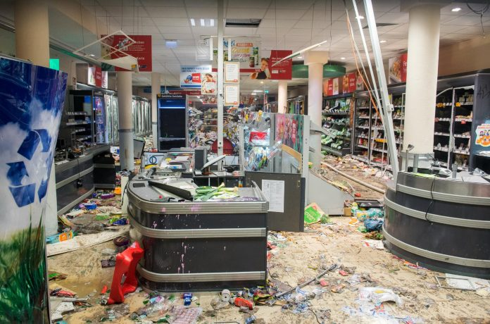 Plünderer: Die geplünderte Filiale der Supermarkt-Kette Rewe im Hamburger Schanzenviertel. Foto: dpa