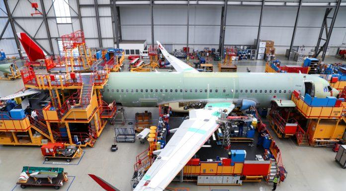 Mitarbeiter von Airbus bauen an einem A320 im Werk in Finkenwerder. Foto: Christian Charisius/dpa