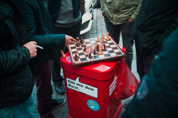 Schachspielende Taxifahrer Hamburg Hauptbahnhof