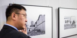 Xiangsheng Shen vor seinen Werken.