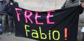 Demonstranten vor dem Amstgericht Hamburg-Altona forderten die Freilassung von Fabio V. Foto: Joachim Plingen