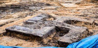 Hakenkreuz aus Beton auf Sportplatz ausgegraben