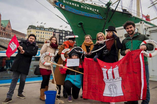 Die Hamburg-Fahne auf der die Gaststudierenden unterschrieben haben, ist obligatorisch.