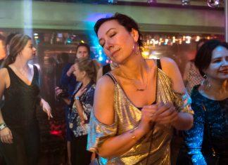 """Szene aus """"Meine fremde Freundin"""": Judith fühlt sich befreit."""