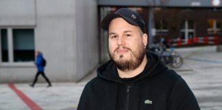 Stefan Rahlmann auf dem Campus am Berliner Tor in einer schwarzen Kapuzenjacke.. Stefan Rahlmann betreut Studierende, die unter Stress und Depression leiden.