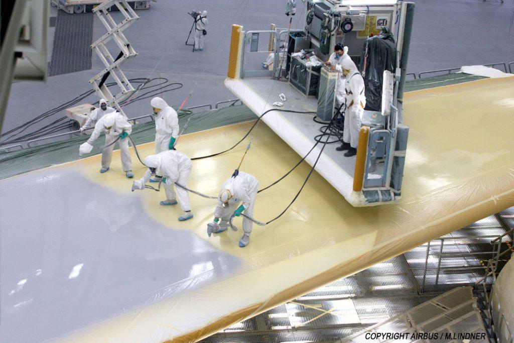 Airbus Mitarbeiter lackieren die Tragfläche einer A380. Foto: AIRBUS/M.Lindner