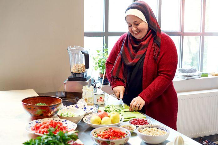 Rihab Hussein kocht bei Chickpeace Gerichte aus ihrer Heimat. Foto: Oliver Schwarzwald