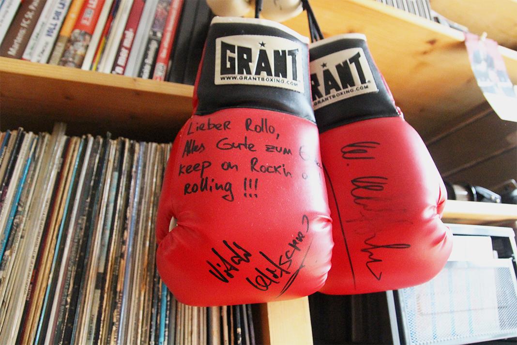 Die hansignierten Handschuhe kommen von keinem geringeren als Vitali Klitschko. Foto: Johanna Röhr