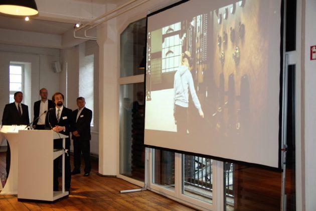 Matthias Kuhr präsentiert die an der HAW Hamburg entwickelte Virtual Reality Applikation. Foto: Robert Bauguitte