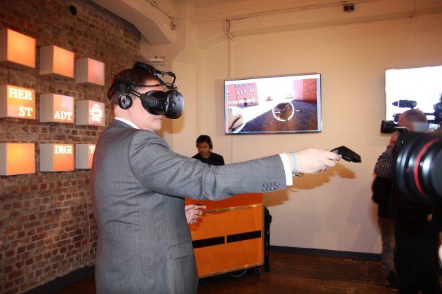 Kultursenator Carsten Brosda testet die VR-Brille. Foto: Robert Bauguitte