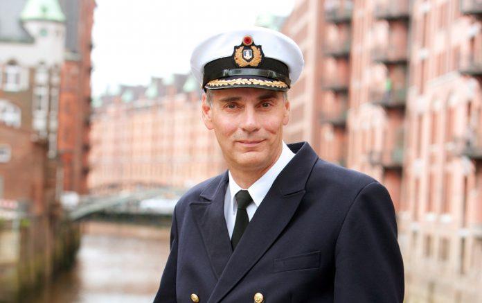 Jörg Pollmann sorgt als Hafenkapitän für fließenden Verkehr und Sicherheit im Hafenbecken. Foto: HPA/ Gregor Schläger