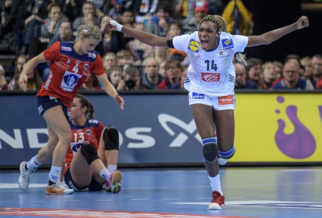 Frankreichs Kalidiatou Niakate jubelt über einen Treffer. Foto: Axel Heimken/dpa