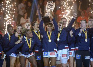Die französiche Handballnationalmannschaft feiert den WM-Sieg. Foto: Axel Heimken/dpa
