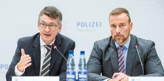 """Hamburgs Polizeipräsident Ralf Martin Meyer (l) und der Leiter der Soko """"Schwarzer Block"""", Jan Hieber, äußern sich zu den bundesweiten Razzien. Pressekonferenz."""