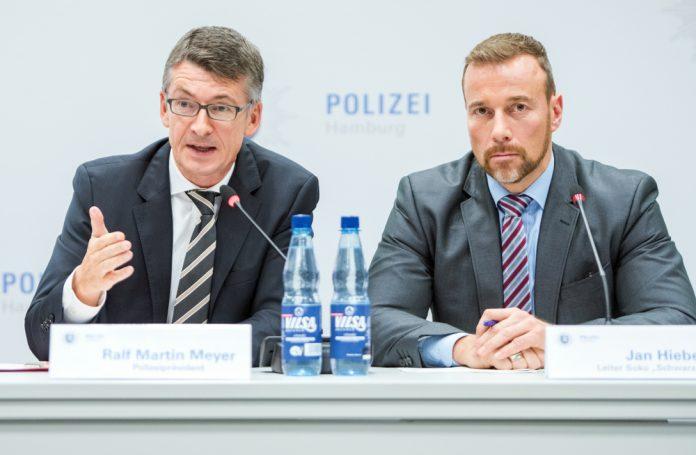 Hamburgs Polizeipräsident Ralf Martin Meyer (l) und der Leiter der Soko