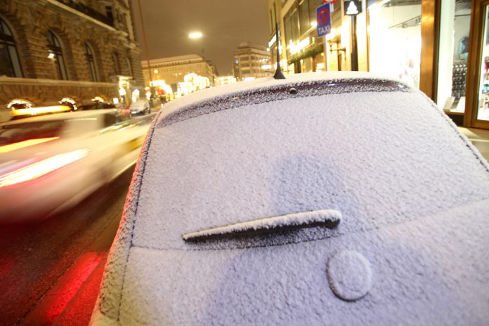 Ein mit Schnee bedecktes Fahrzeug steht am 10.12.2017 bei auf einer Strasse in Hamburg. Foto: Bodo Marks/dpa +++(c) dpa - Bildfunk+++