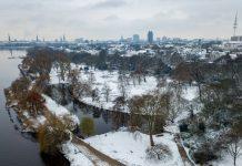 Auch die Parkanlagen auf der Außenalster sind eingeschneit. Foto: Axel Heimken/dpa