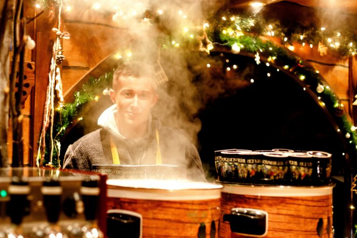 Dieser Standmitarbeiter auf dem Kieler Weihnachtsmarkt schaut noch freundlich. Wahrscheinlich Schichtbeginn. Foto: Frank Molter/dpa