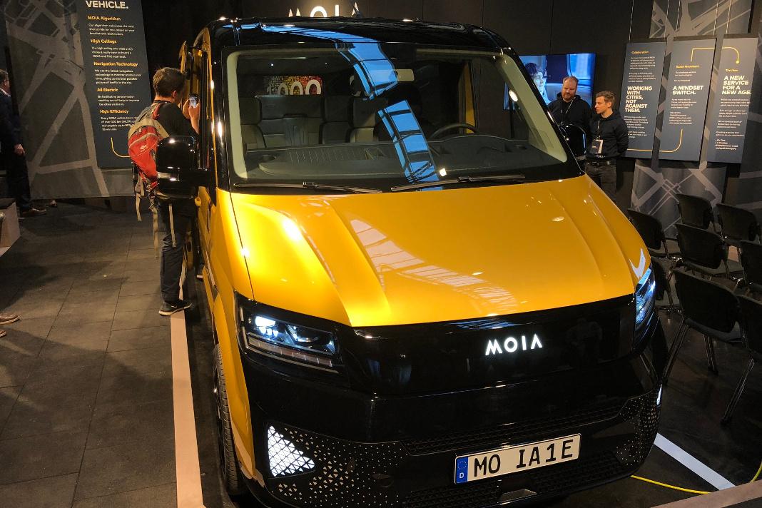 Die VW-Tochter Moia stellte in Berlin einen neuen E-Minibus vor. Foto: Christoph Dernbach/dpa