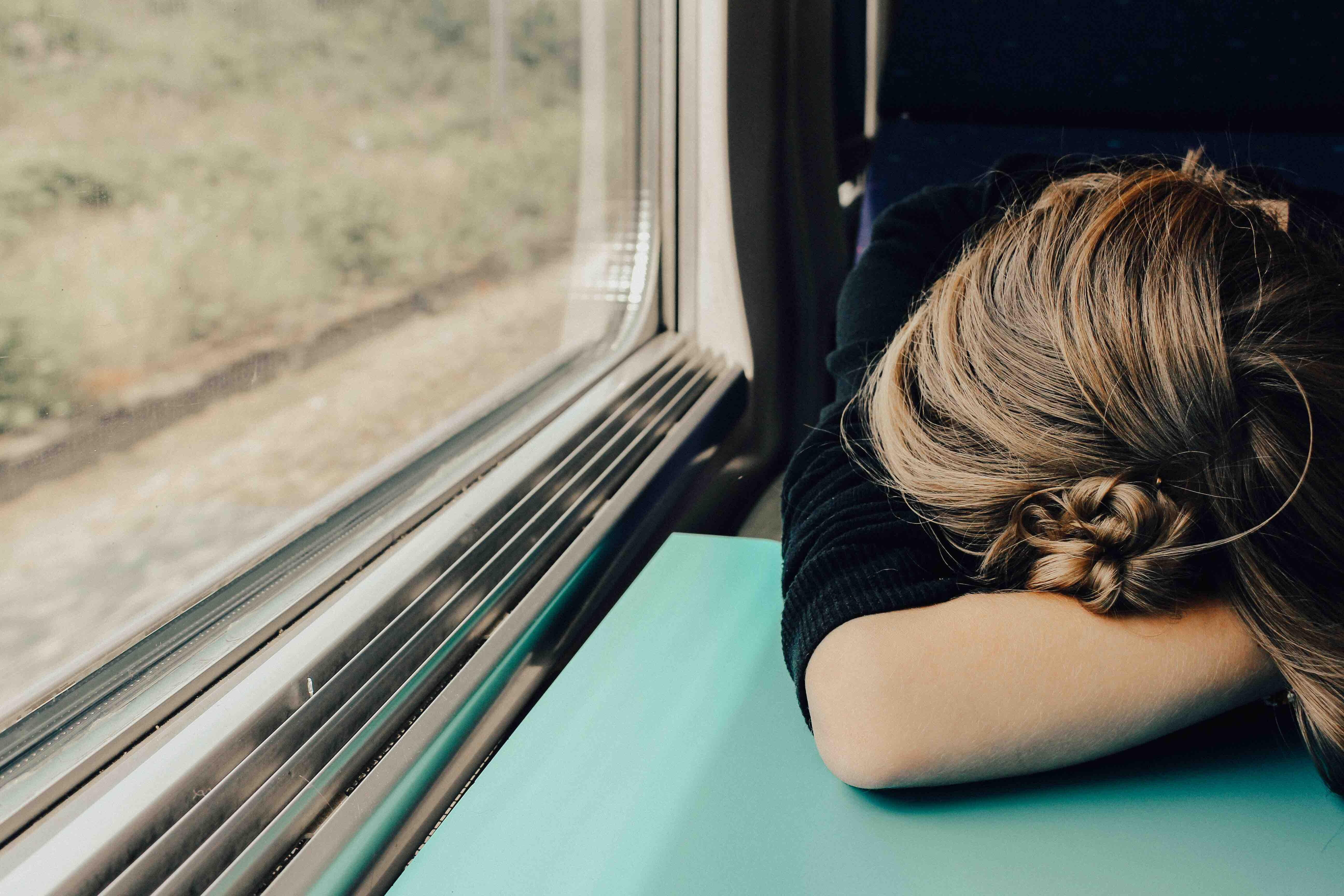 Wenn Menschen unter Depressionen leiden, leiden Angehörige auch. Foto: Abbie Bernet/Unsplash
