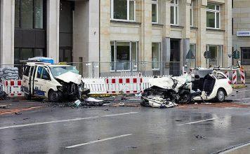 Taxi-Raser Beim Aufprall vor der Überführung Kennedybrücke verlor ein Mensch sein Leben. Foto: Georg Wendt/dpa