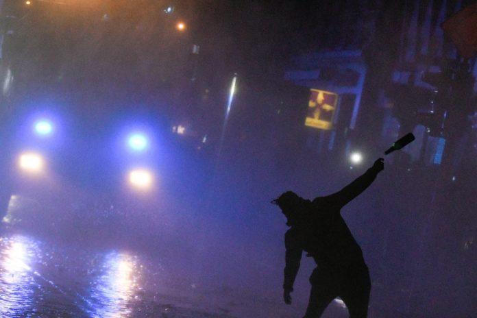 Flaschenwurf auf Polizisten bei G20-Krawallen