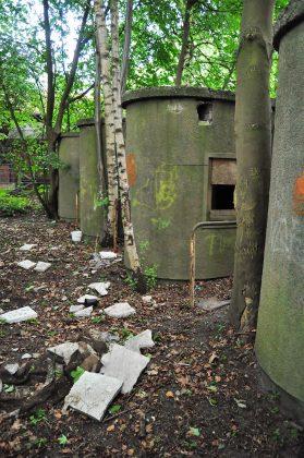 Dahinter finden sich noch alte Kassenhäuschen aus dem zweiten Weltkrieg.