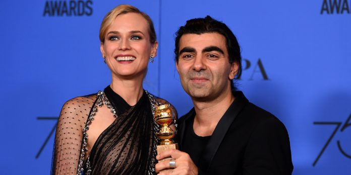 Diane Kruger und Fatih Akin zeigen ihre Trophäe bei der 75. Golden Globe Verleihung am Sonntagabend. Foto: dpa