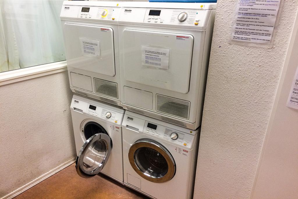 Waschmaschinen und Trockner im Kemenate Tagestreff. Foto: Joachim Plingen