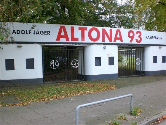 Das markante Eingangstor von Altona 93 kann trotz neuer Farbe sein Alter nicht verbergen. Foto: Robert Bauguitte